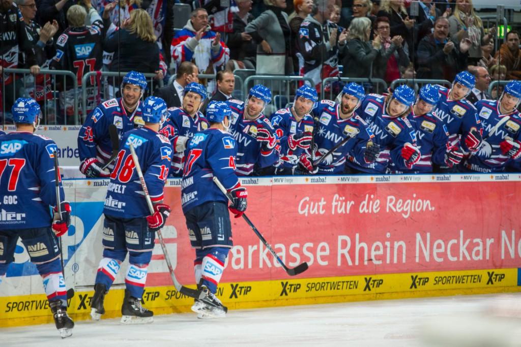 , Adler Mannheim vs. Hamburg Freezers, DEL Eishockey Adler Mannheim 2015 / 2016, © Copyright: AS Sportfoto / Soerli Binder, www. as-sportfoto.de, MSP_1810_Adler,